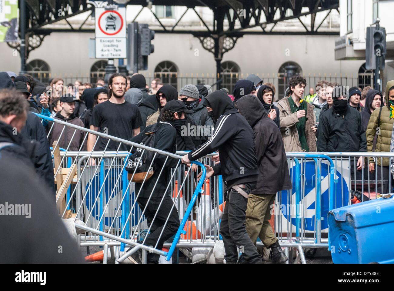 Brighton, Reino Unido. 27 abr, 2014. Contra-manifestantes anti-fascistas y formar barricadas durante las batallas campales como escolta policial de marzo para Inglaterra partidarios de la estación de tren después de la manifestación anual a lo largo de la orilla del mar en Brighton, Reino Unido. Crédito: Peter Manning/Alamy Live News Foto de stock