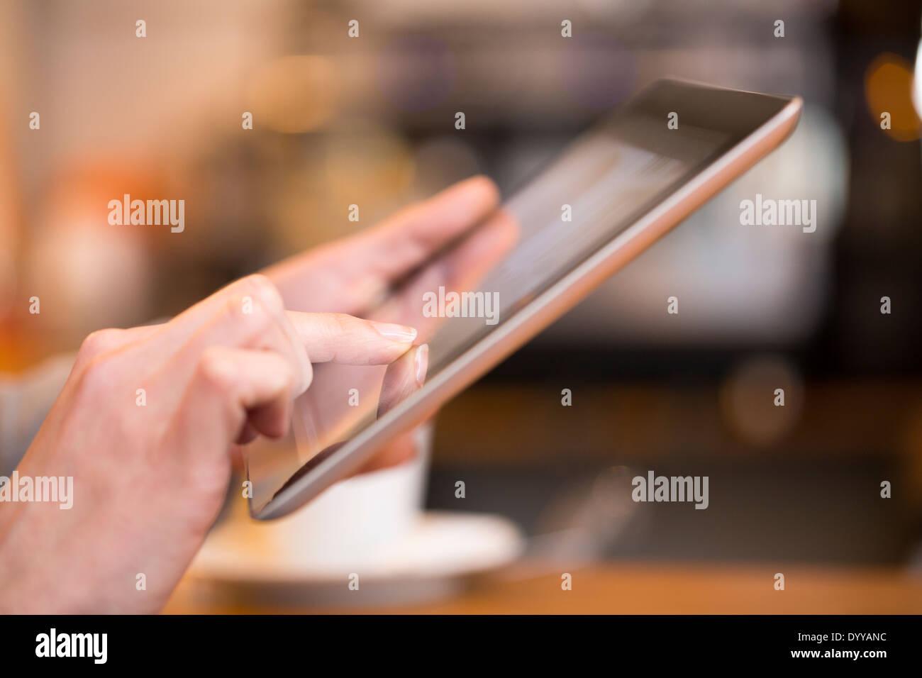 Pc pub messgae femenina e-mail dedos Imagen De Stock