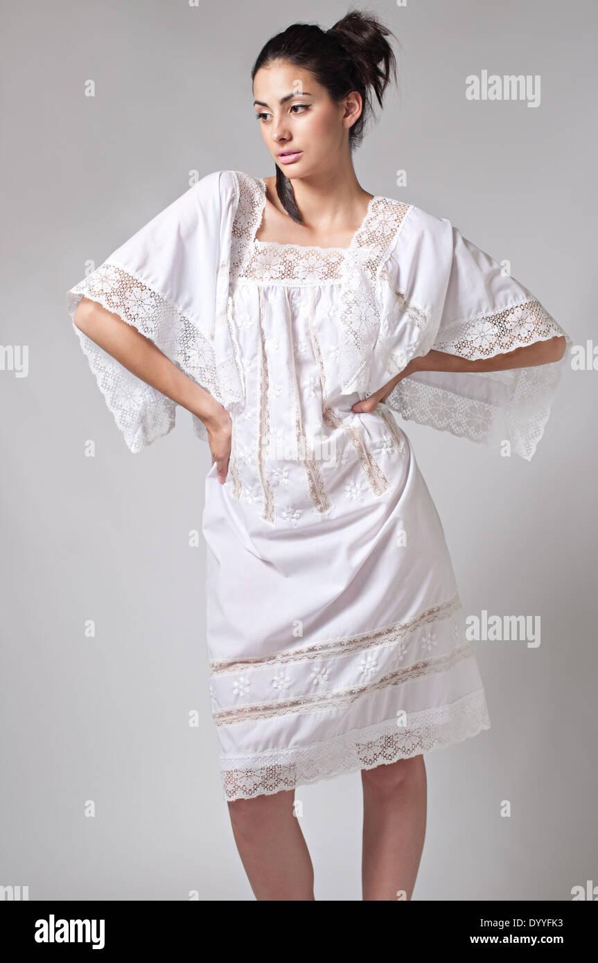 Mujer vestida de blanco cabello negro