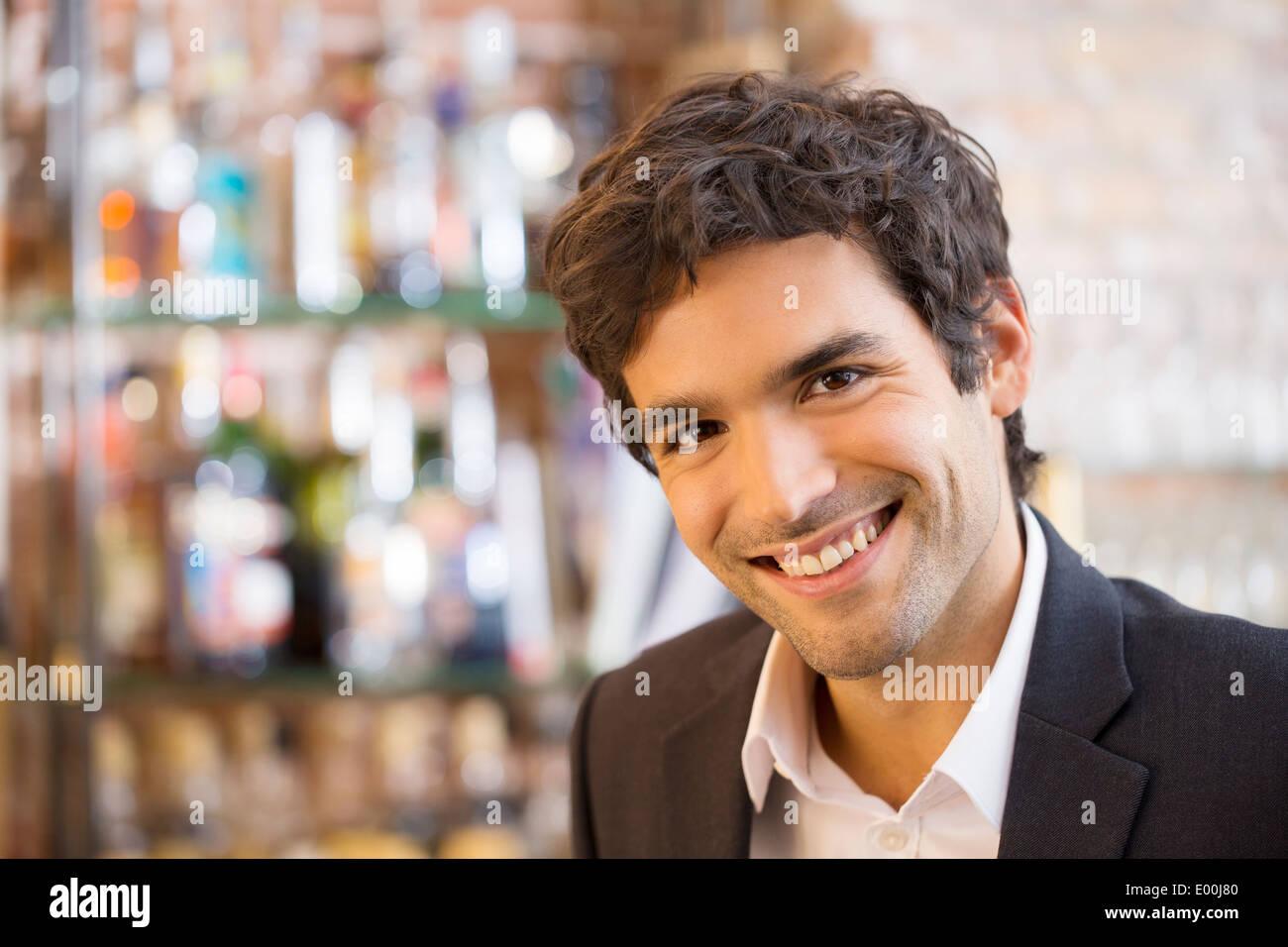 Macho sonriendo alegre cafetería Buscando cámara Imagen De Stock