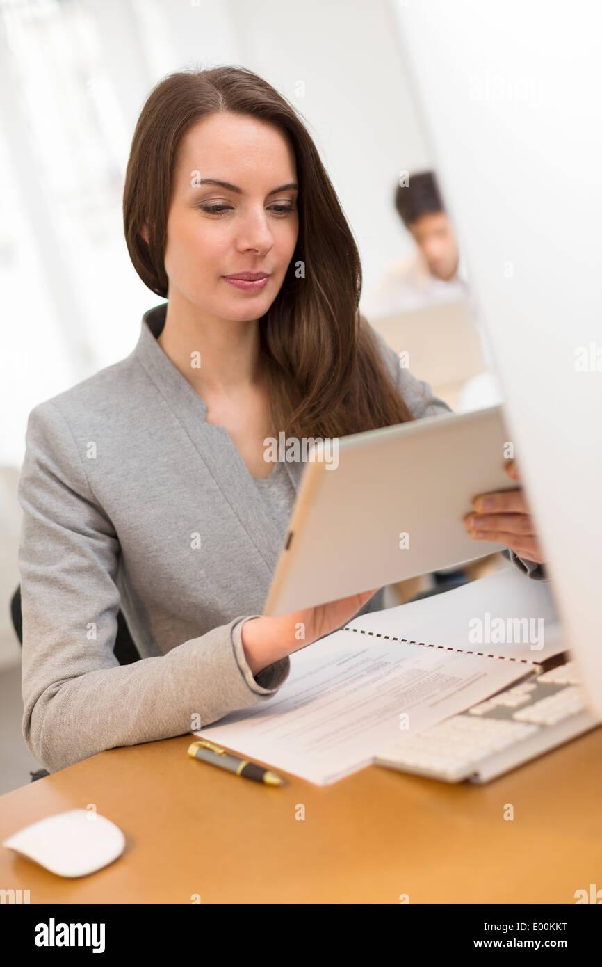 Hembra mono sonriente surf web digital tablet pc de escritorio Imagen De Stock