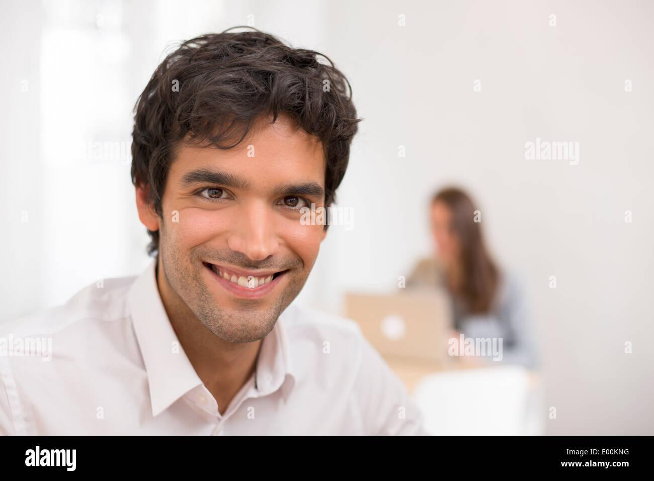 Pc de escritorio empresariales macho guapo colegas antecedentes Imagen De Stock