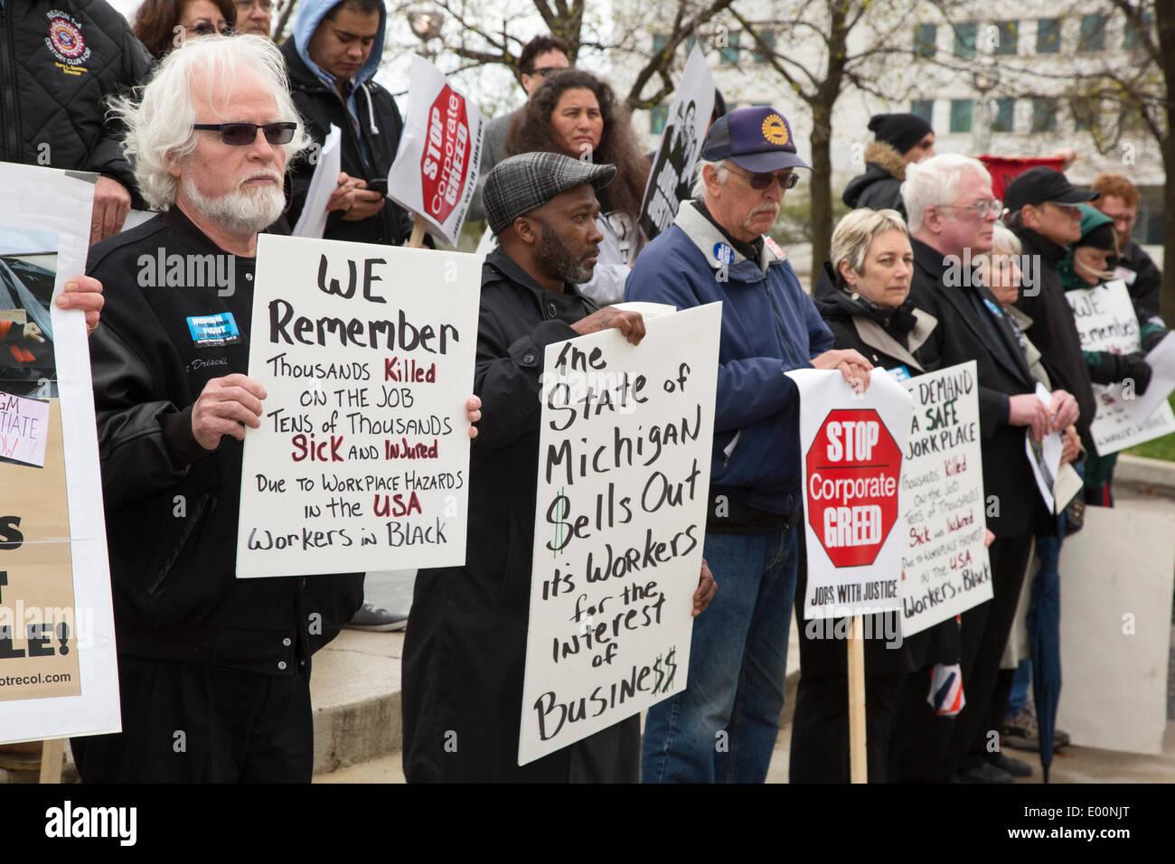 Detroit, Michigan, EE.UU. - Miembros del Sindicato de Trabajadores de marca Día Conmemorativo por la celebración de una marcha y una vigilia silenciosa para recordar a los trabajadores muertos en el trabajo. Dicen que miles de trabajadores mueren cada año en los lugares de trabajo inseguros, y otras muchas más de las enfermedades profesionales. Crédito: Jim West/Alamy Live News Imagen De Stock