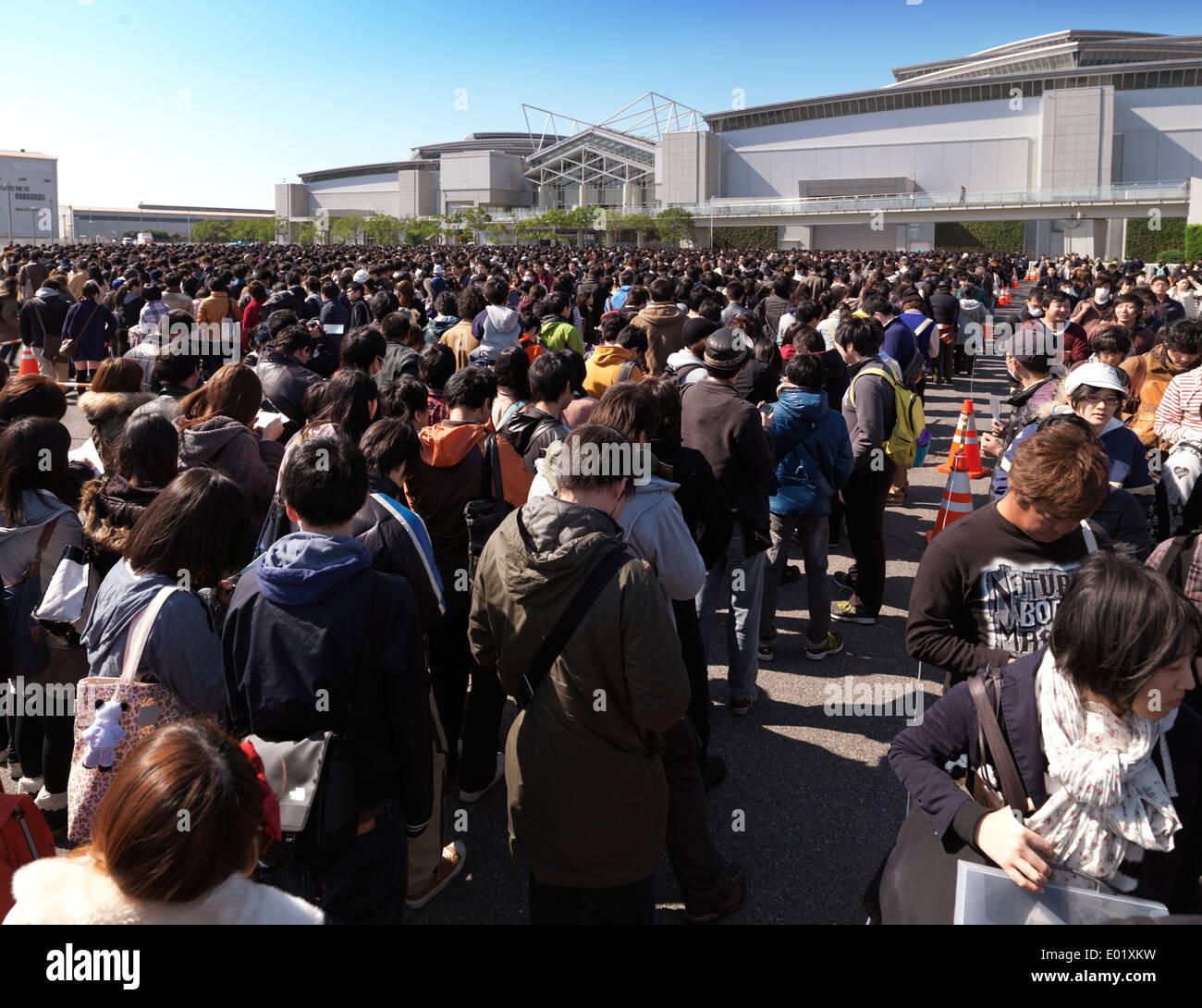 Larga fila de gente en Tokio Big Sight Exhibition Centre durante AnimeJapan Tokyo International Anime Fair. Tokio, Japón. Imagen De Stock
