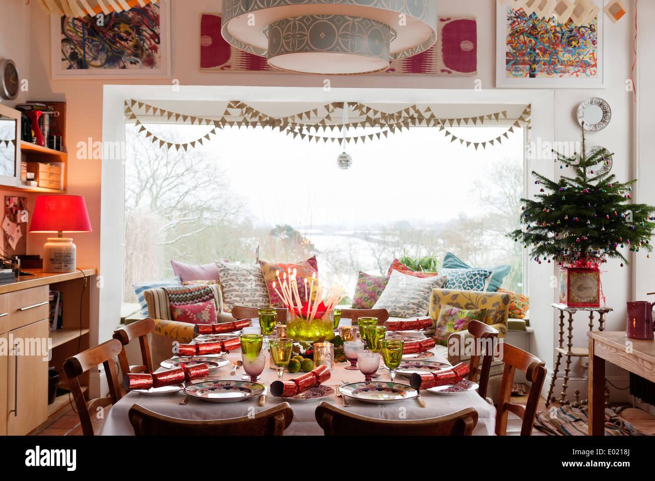 Comedor con mesa decorada de Navidad Imagen De Stock