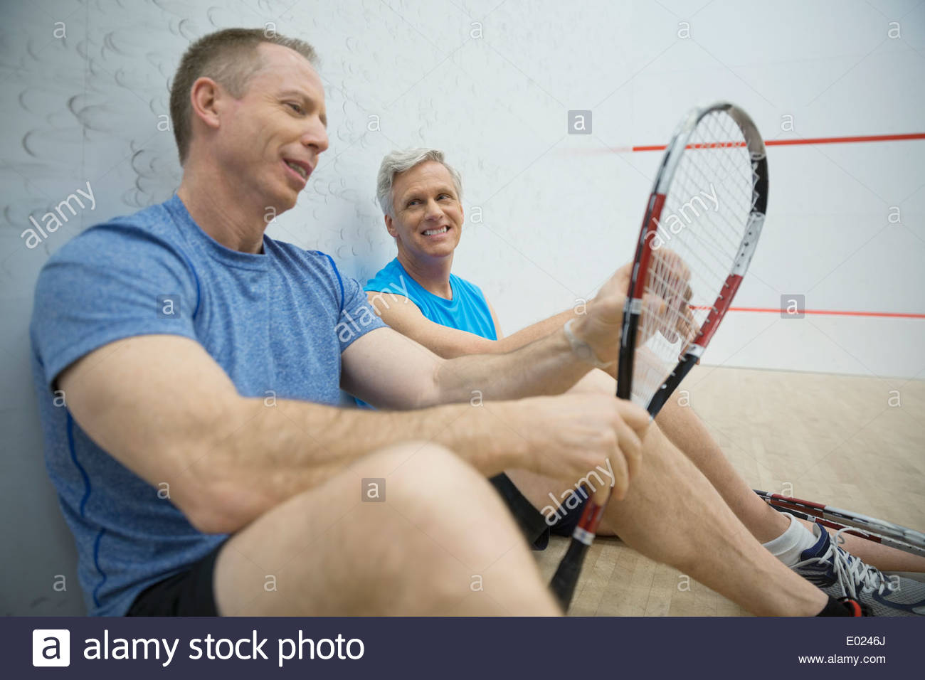 Hombres hablando sobre la cancha de squash Imagen De Stock