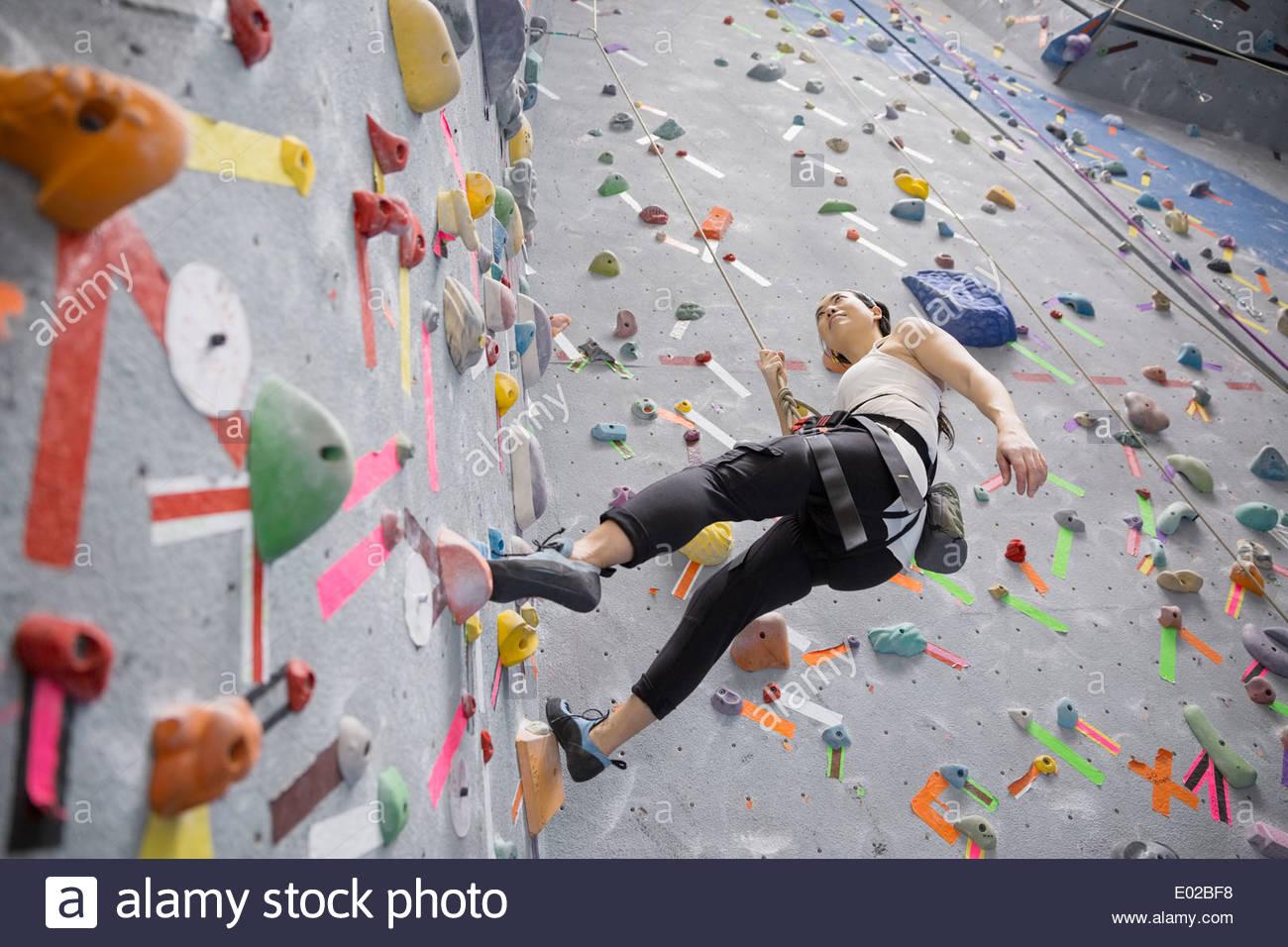 Mujer escalada indoor rock wall Imagen De Stock