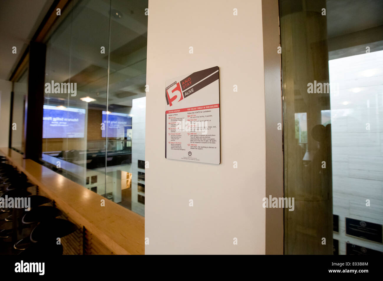 Señalizado dentro de la Universidad en Texas dando consejos de seguridad en caso de mal tiempo o de amenaza de violencia Imagen De Stock