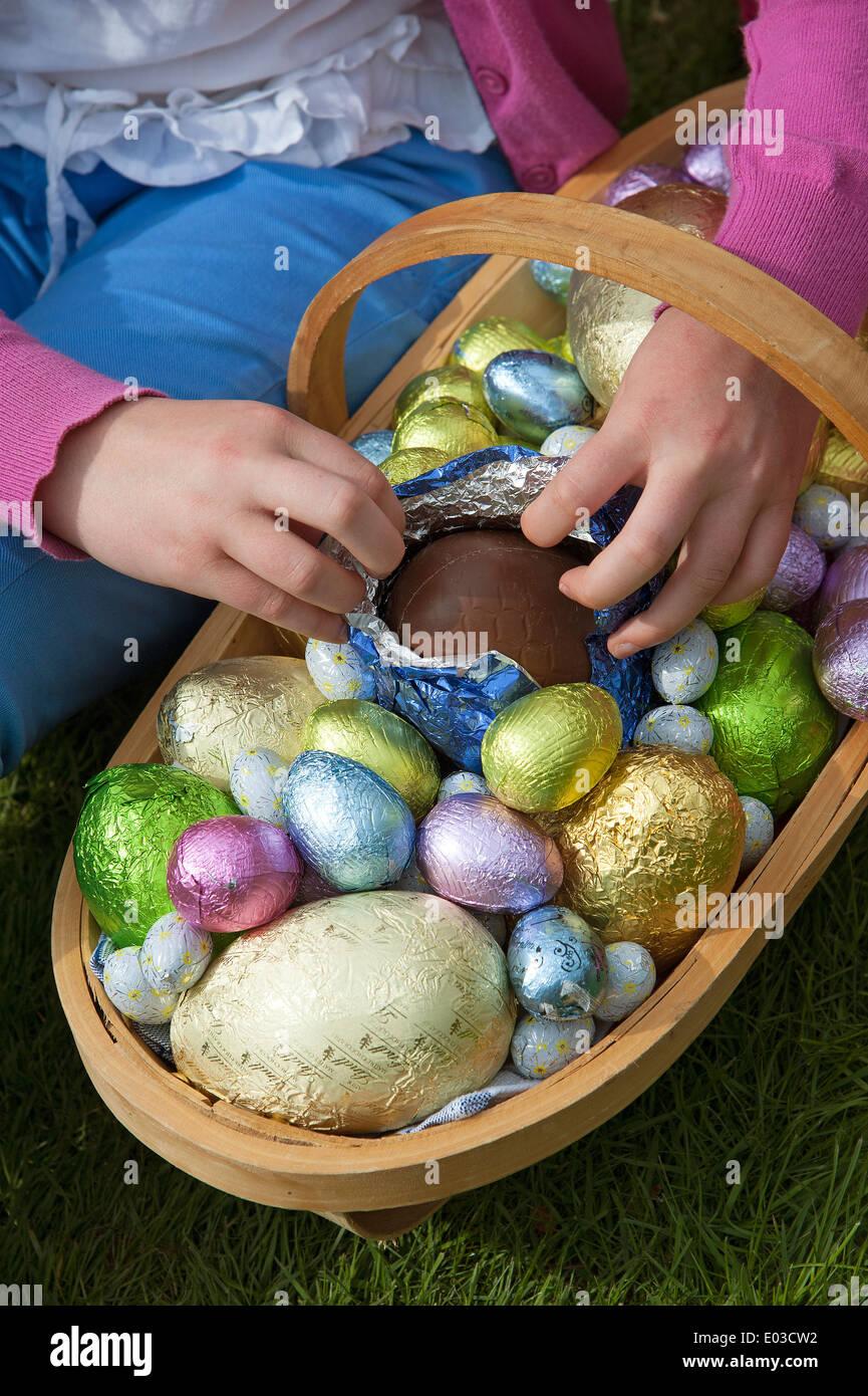 Hunt los huevos competencia Childs mano abrir un huevo. Imagen De Stock