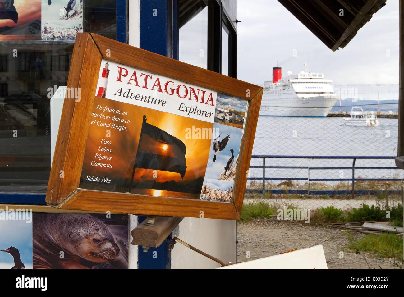 Patagonia Adventure Travel cartel con crucero en el fondo la preparación para salir de Ushuaia para la excursión Foto de stock
