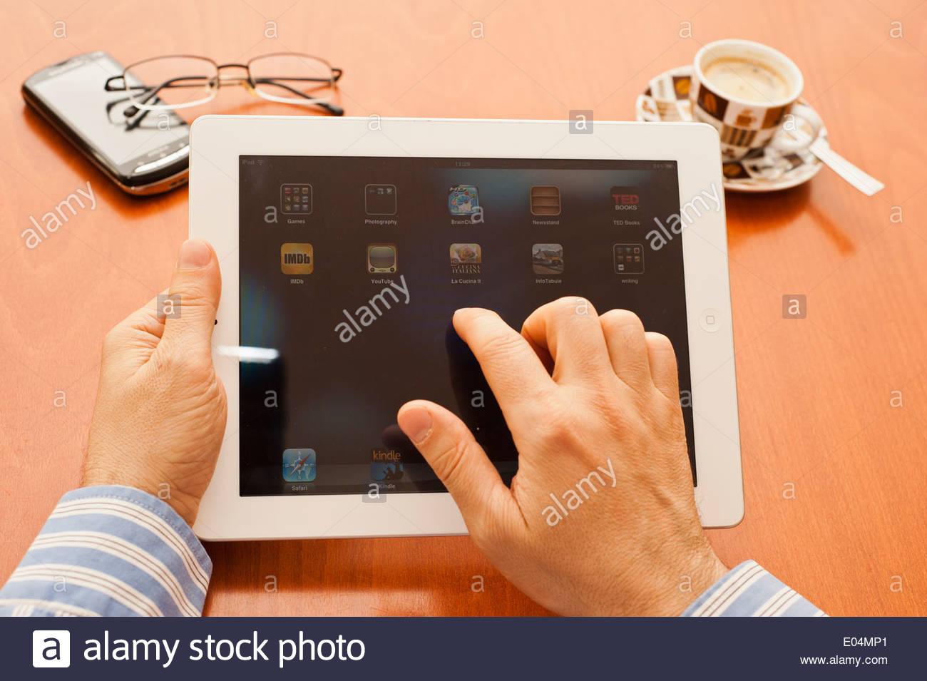Manos del hombre la posesión y el uso de un tablet pc Imagen De Stock