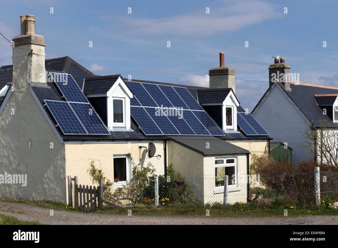 Paneles solares en el techo de una casa en Durness norte de Escocia Imagen De Stock
