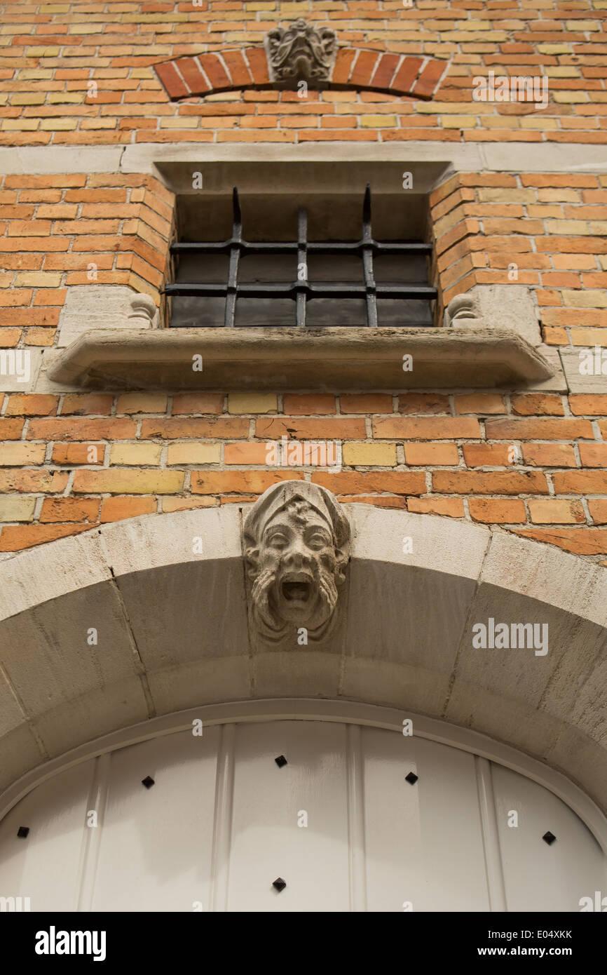 Gárgola de piedra tallada sobre una casa en Brujas, Bélgica Foto de stock