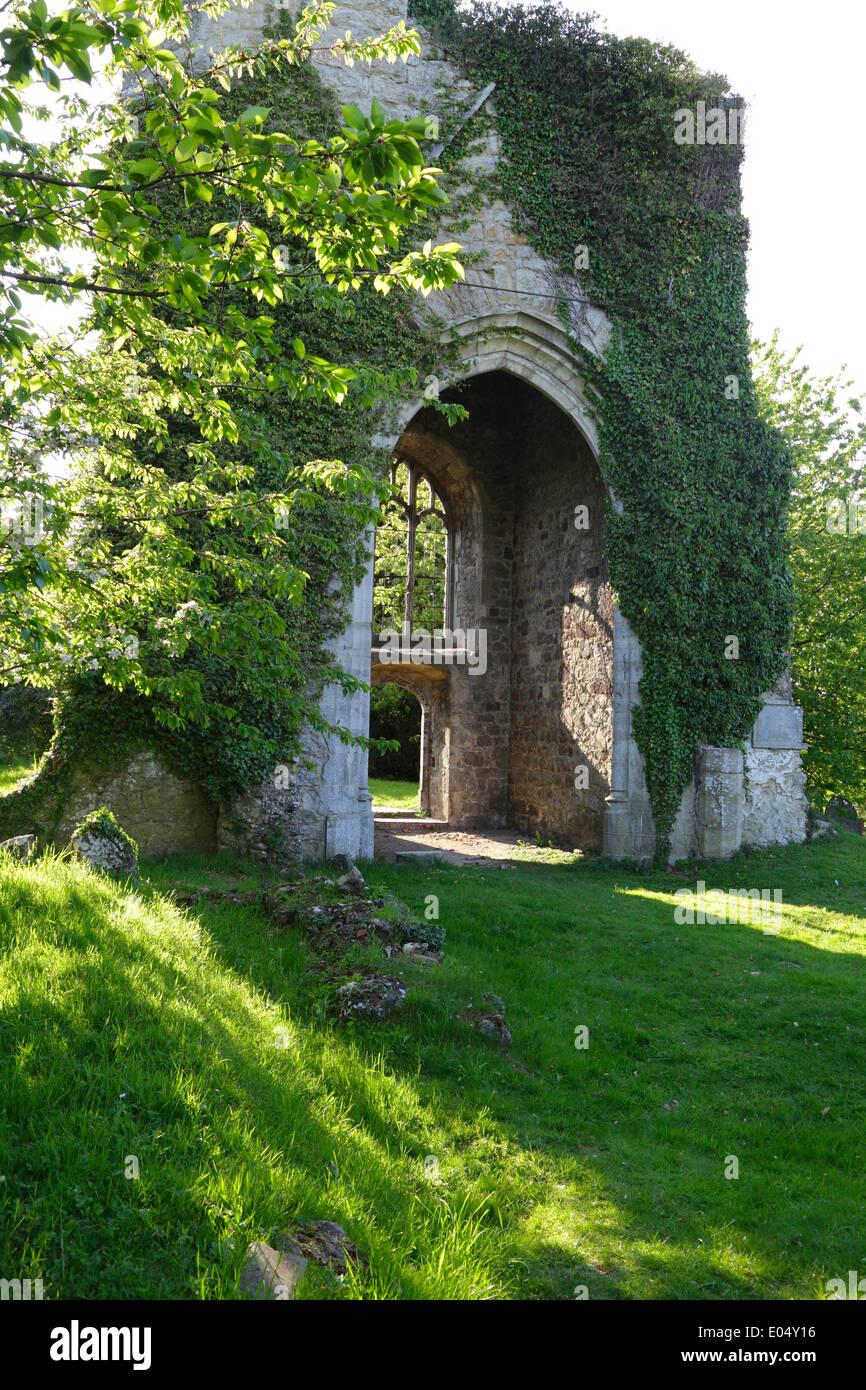Las pintorescas ruinas encantadas de St Mary's Church en poco gráfico cerca de Pluckley Kent England Reino Unido, destruido por una bomba volante WW2 Imagen De Stock