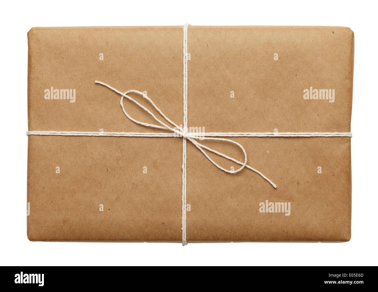 Bandeja de papel marrón atado con cuerda fina de paquete o presente aislado sobre fondo blanco. Imagen De Stock
