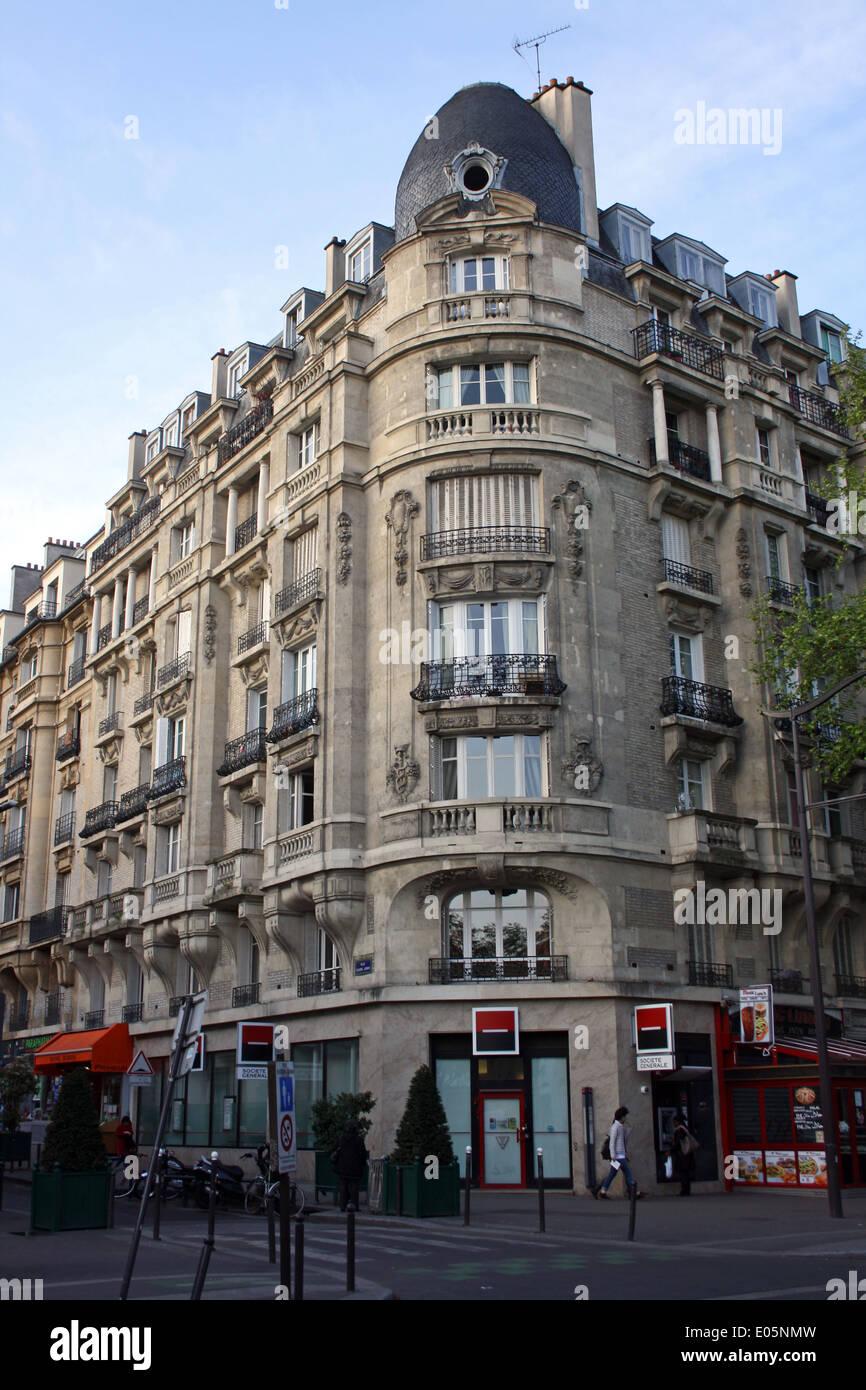 París, suburbio interior, bloque de apartamentos sobre tiendas Foto de stock