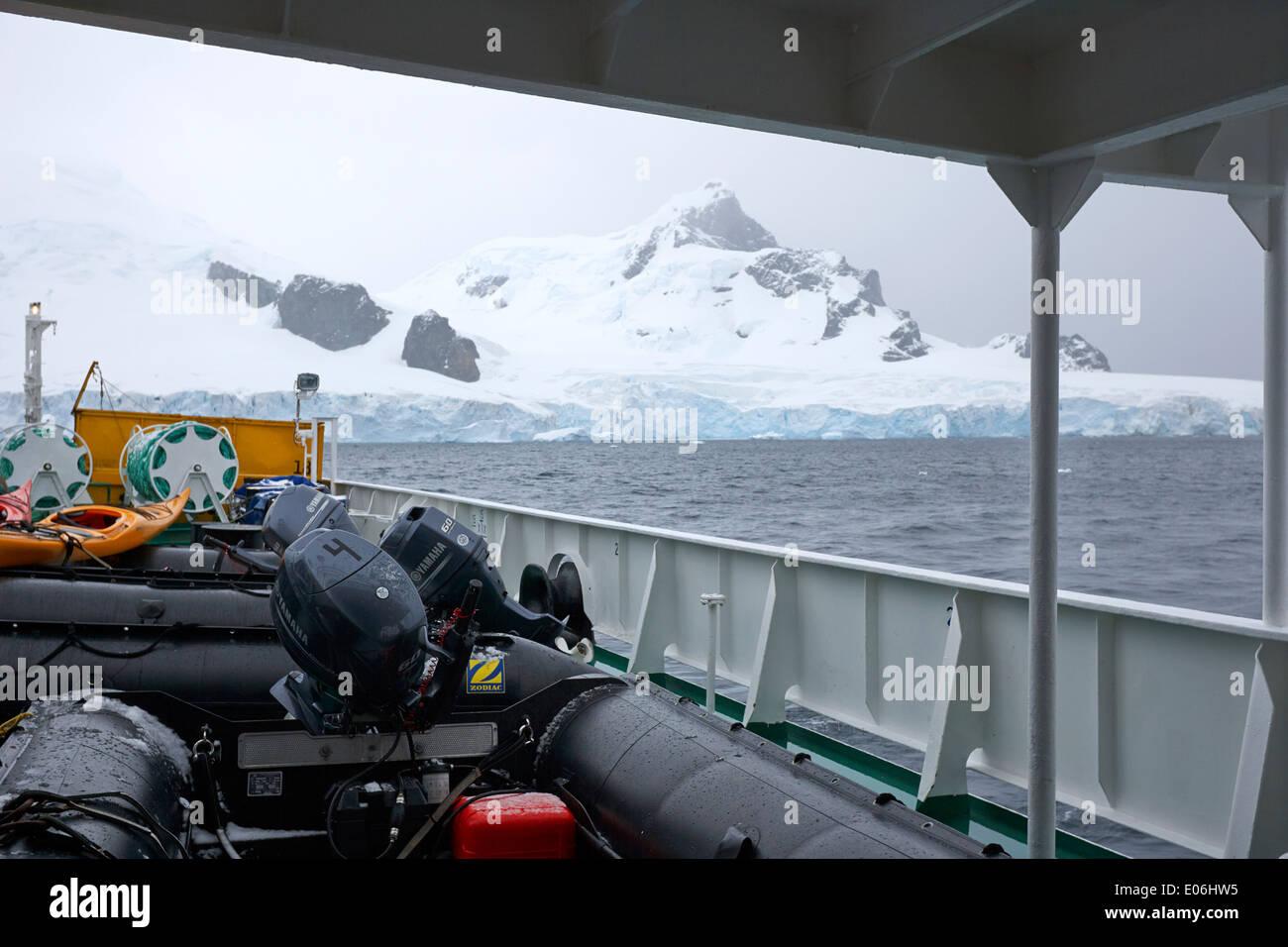 Barco con zodiacs a bordo amarrados Isla Cuverville La Antártida Foto de stock