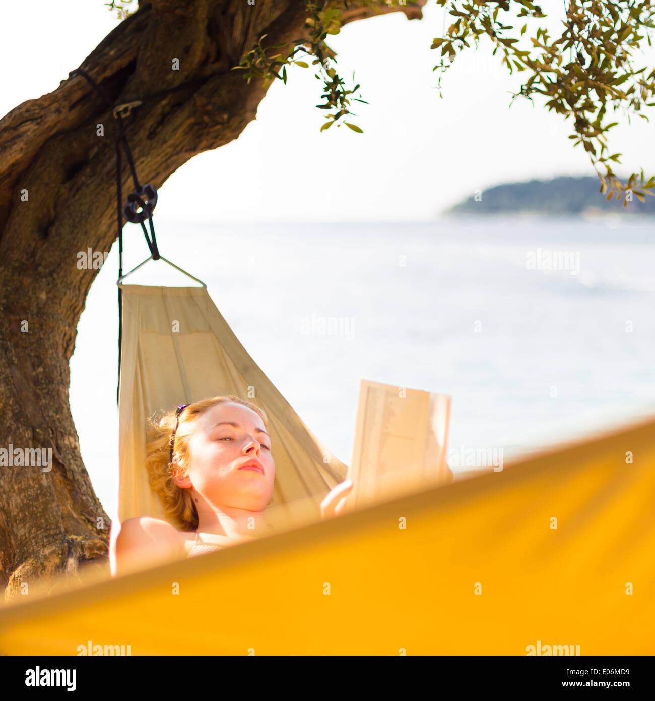 Señora libro de lectura en la hamaca. Imagen De Stock