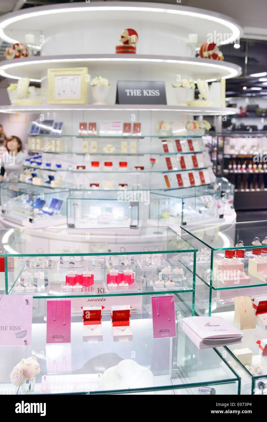 El Beso Joyería pantalla en el desván tienda en Tokio, Japón Foto de stock