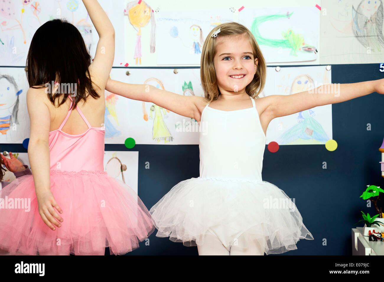 Dos niñas vestían trajes de bailarina Foto de stock