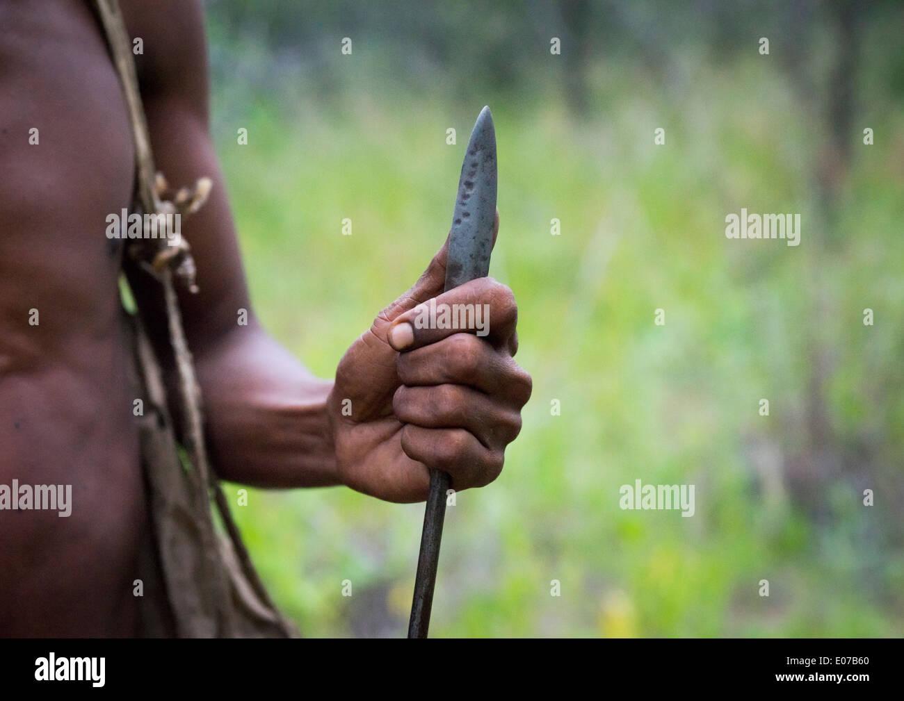 Bushman Hunter con una lanza, Tsumkwe Namibia Imagen De Stock