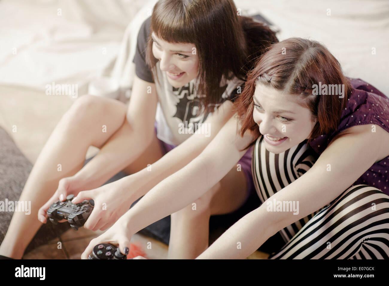 Dos mujeres jóvenes jugando juegos de video Imagen De Stock