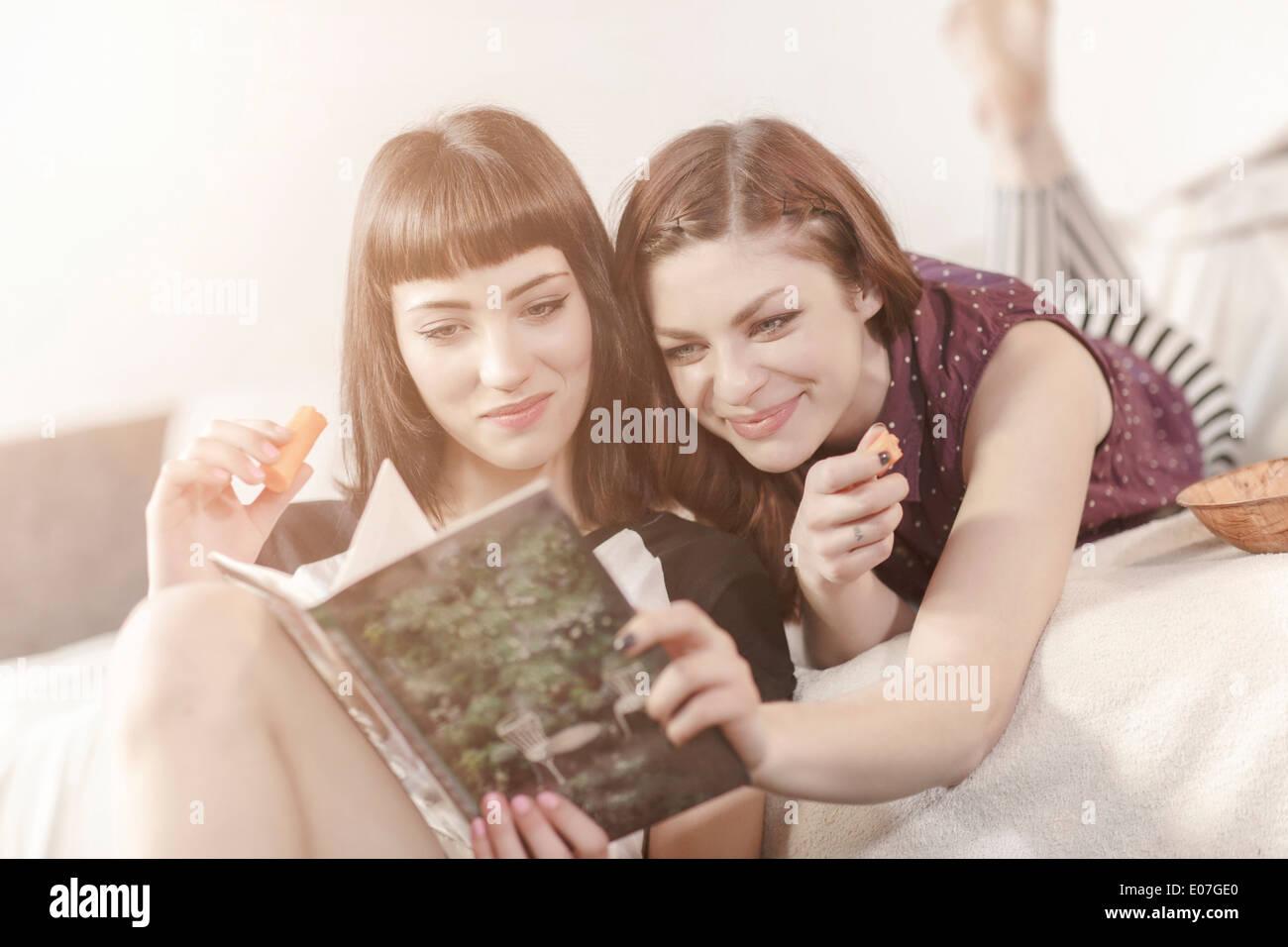 Dos mujeres jóvenes libro de lectura juntos Imagen De Stock