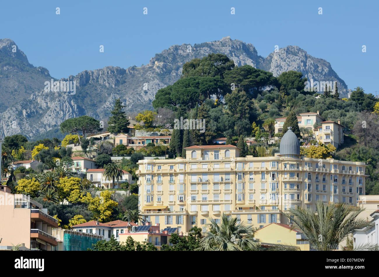 Belle epoch o arquitectura de la Belle Epoque, y Alpes inferior o ladera rocosa detrás de Menton Alpes-Maritimes France Imagen De Stock