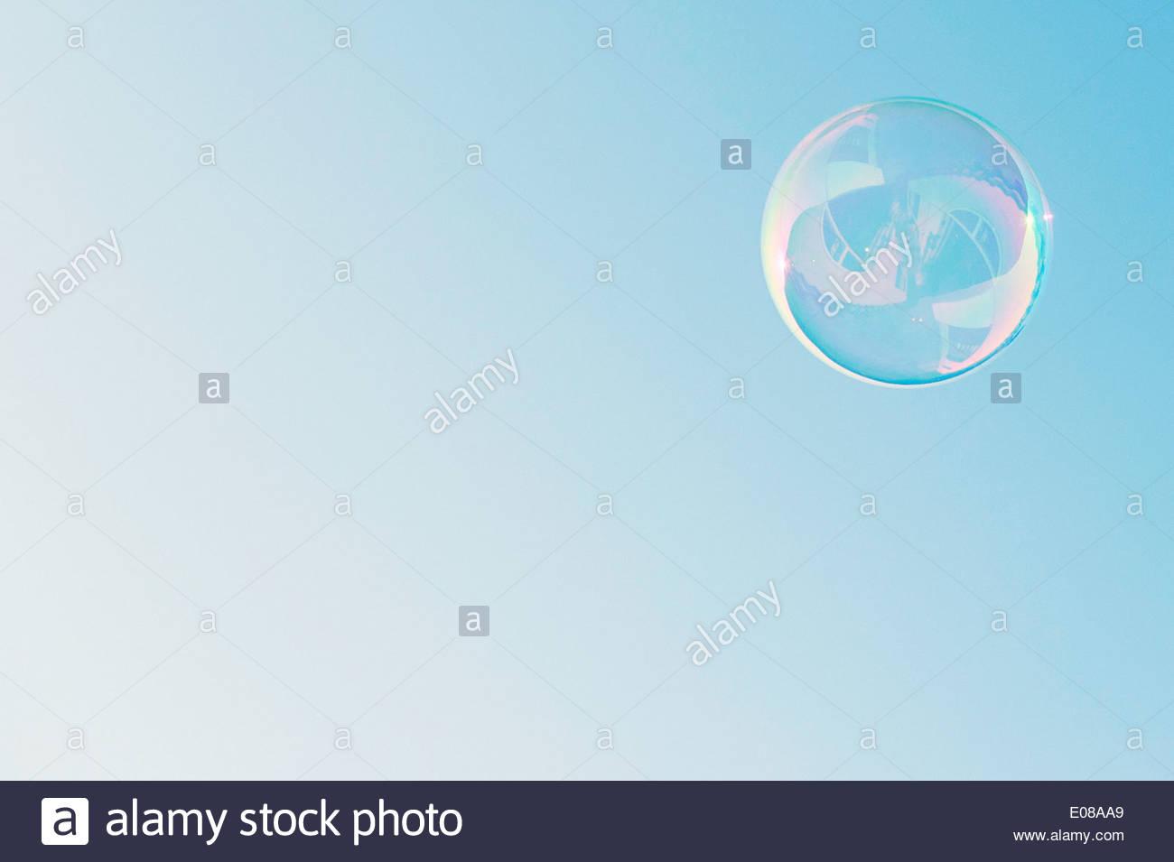 Ángulo de visión baja de la burbuja contra el cielo azul claro Imagen De Stock