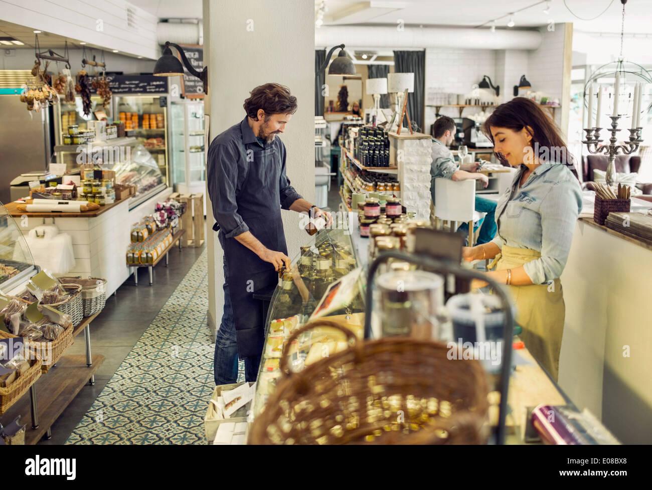Los vendedores que trabajan en el supermercado Imagen De Stock