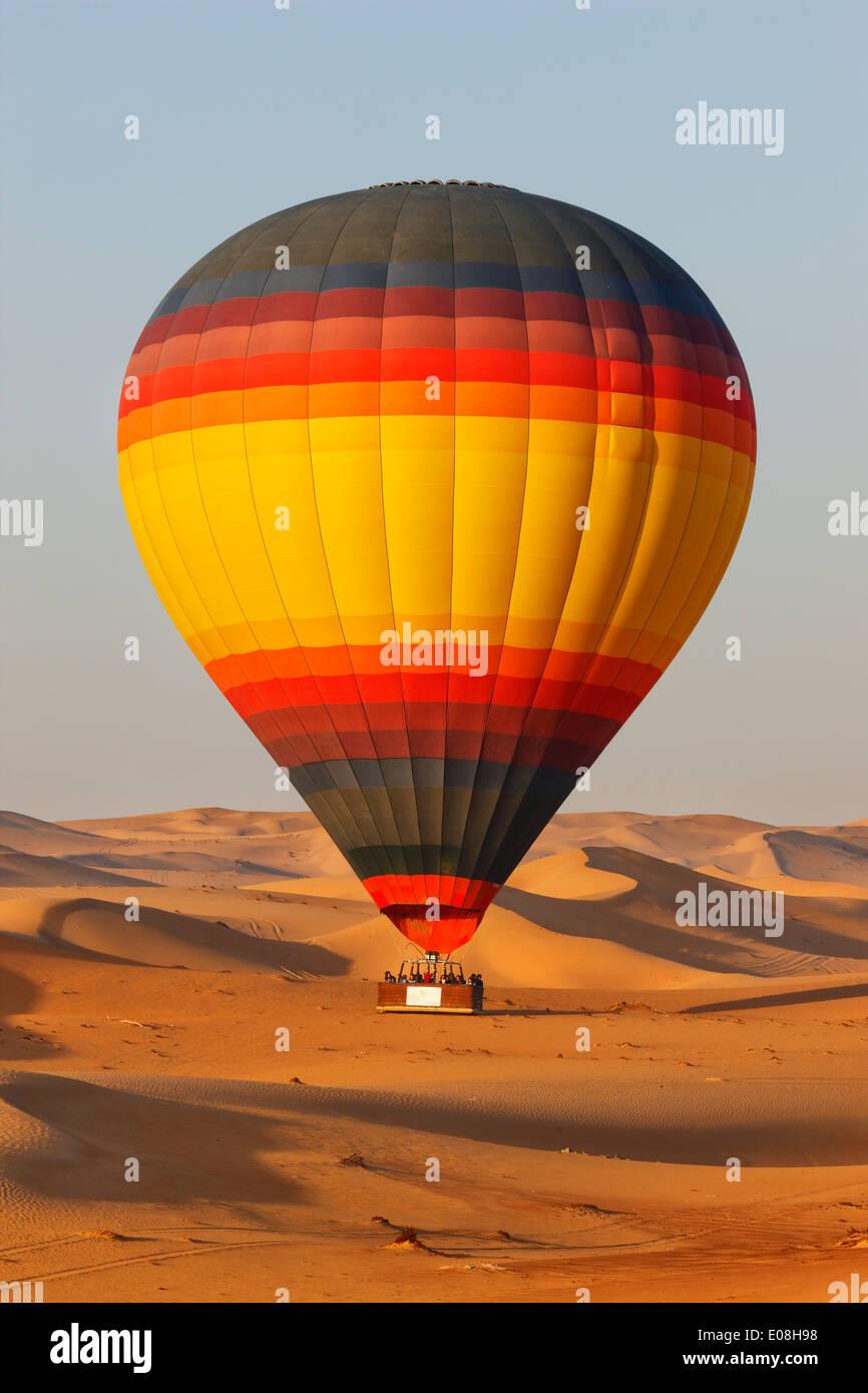 Volar sobre el desierto de Dubai con un globo de aire caliente Foto de stock