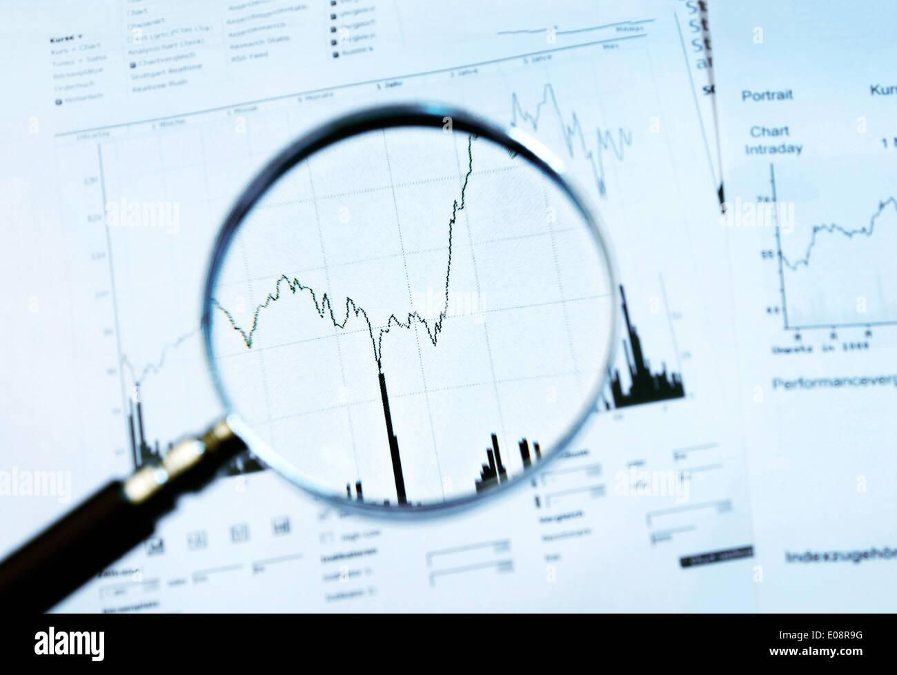 Aplicar la lupa un gráfico con el precio de las acciones Foto de stock