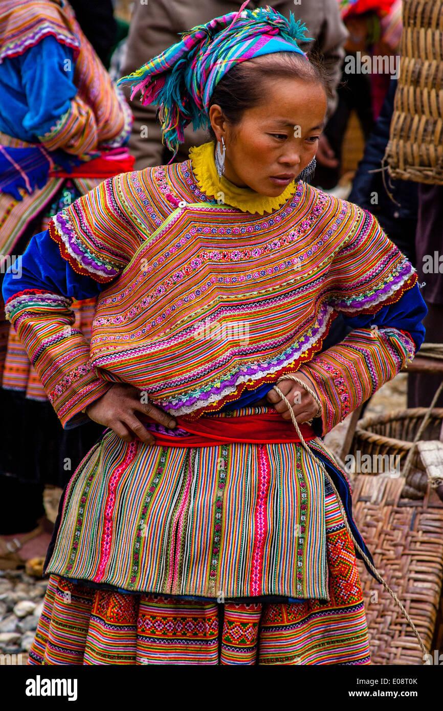 Flor pueblo Hmong en el mercado dominical de Bac Ha, provincia de Lao Cai, Vietnam Imagen De Stock