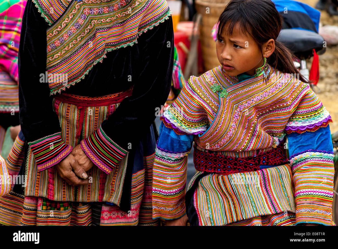 Un niño de la etnia Hmong de flores en el mercado dominical de Bac Ha, provincia de Lao Cai, Vietnam Imagen De Stock