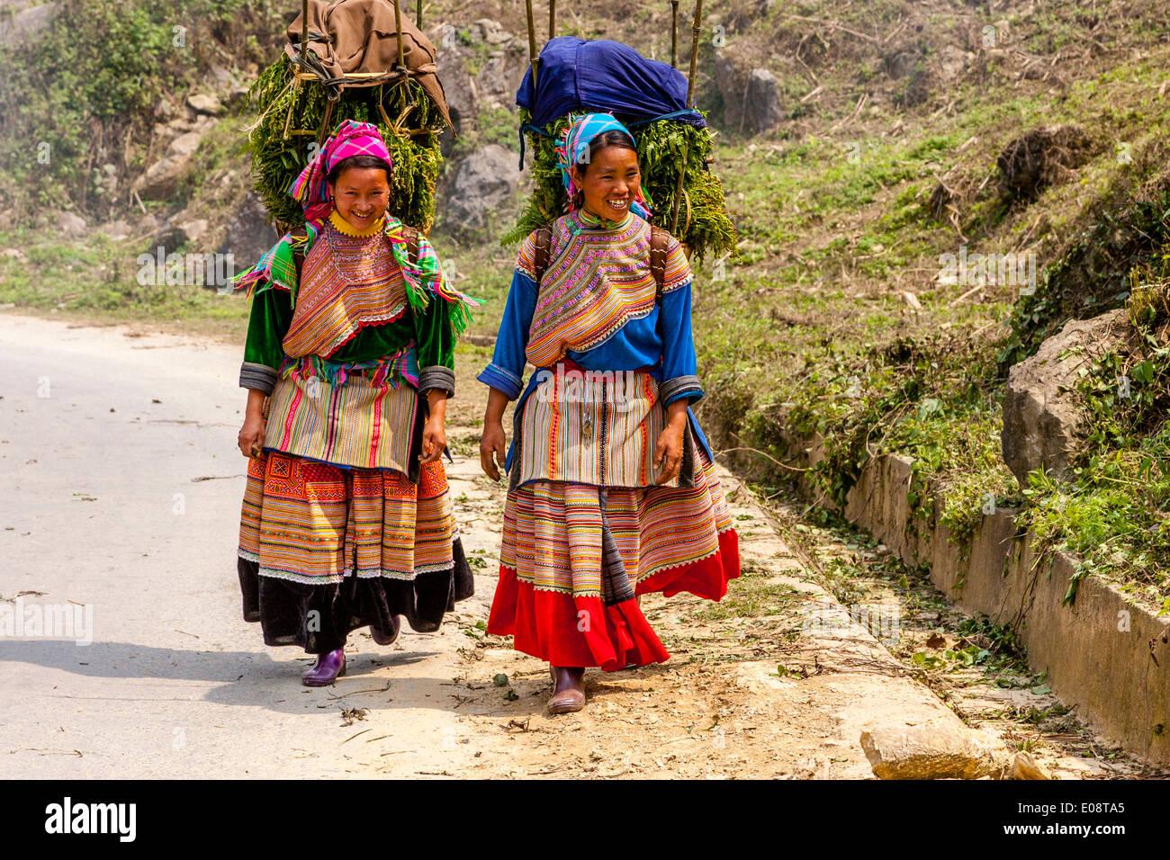 Las mujeres jóvenes de la etnia Hmong flor en su camino al mercado, Bac Ha, provincia de Lao Cai, Vietnam Imagen De Stock