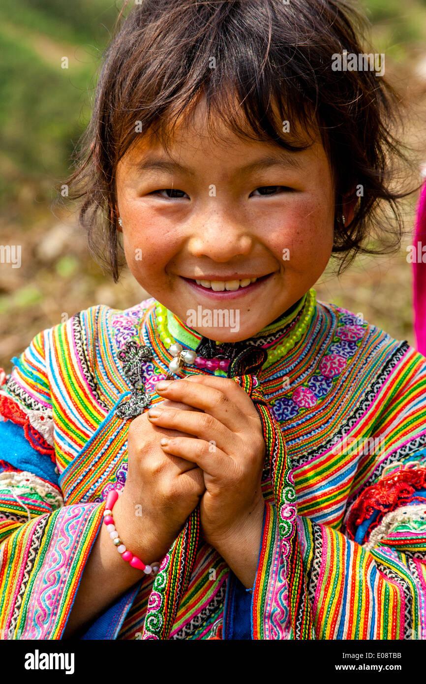 Los niños de la flor Hmong Hill Tribe, Bac Ha, provincia de Lao Cai, Vietnam Imagen De Stock
