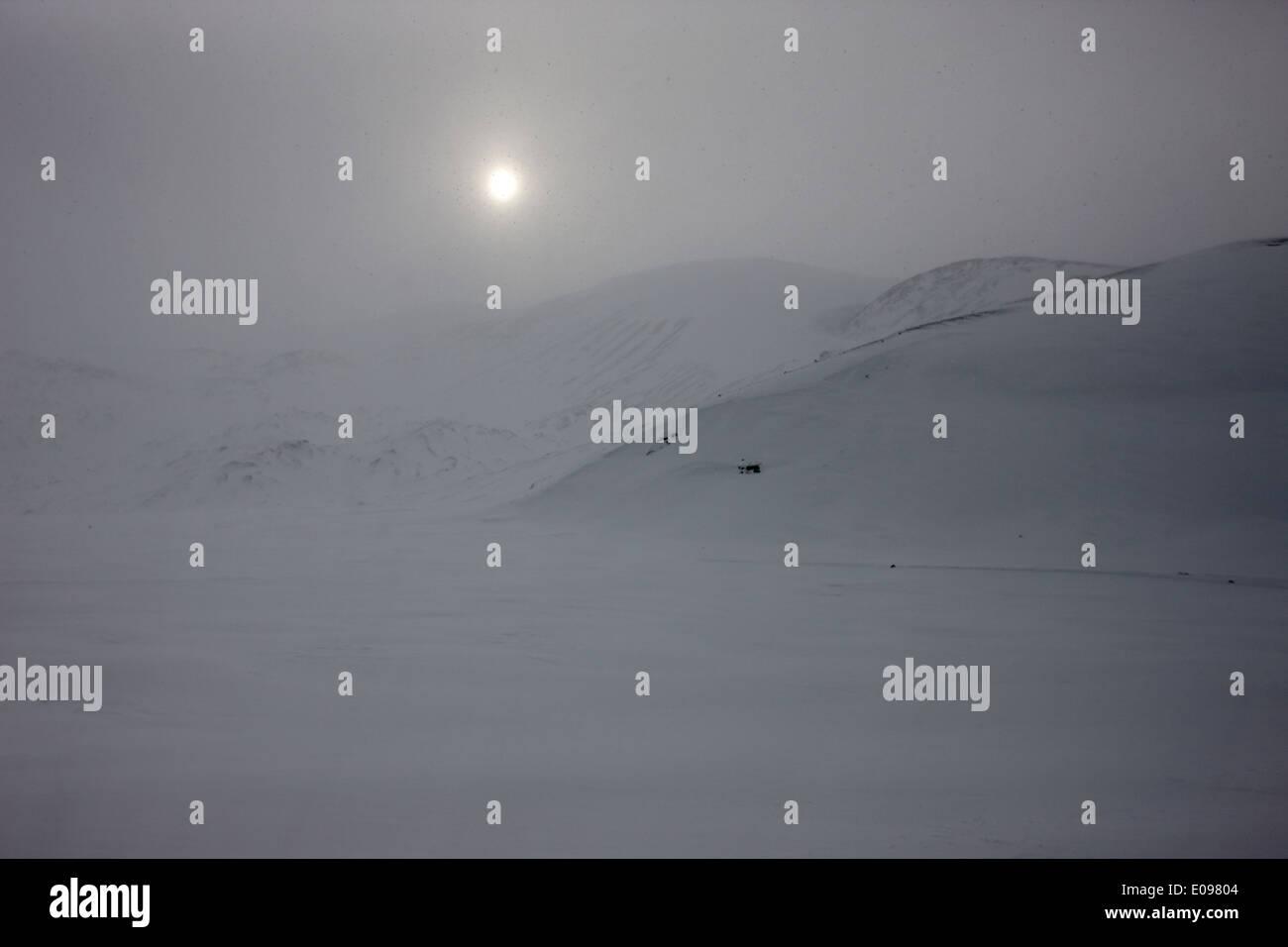 Sun rompiendo blanco nieve Whalers Bay Isla Decepción, Antártida Imagen De Stock