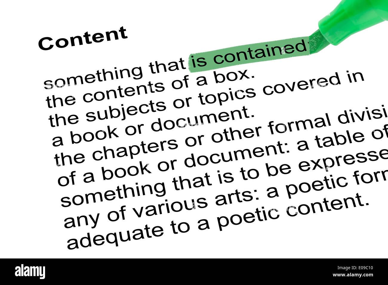 Palabras resaltadas es containedfor contenido con lápiz verde sobre papel blanco. Fondo blanco aisladas. Imagen De Stock