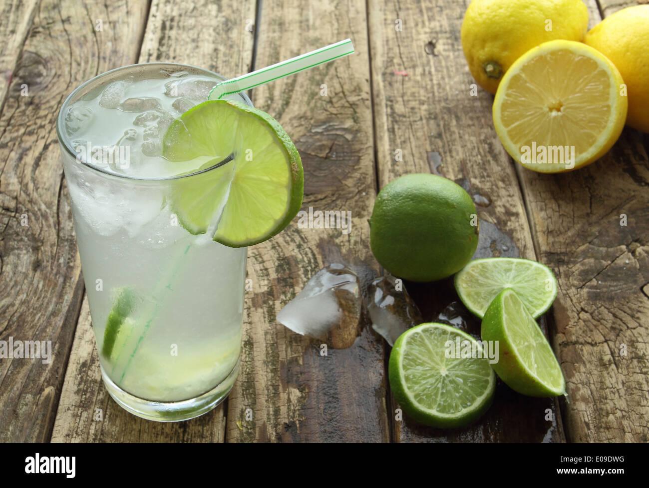 Una bebida fresca con limón y hielo Imagen De Stock
