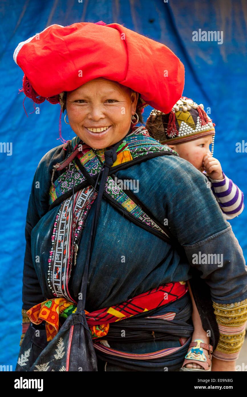 Las mujeres y los niños de la minoría dao rojo Gente, Sa Pa, provincia de Lao Cai, Vietnam Imagen De Stock