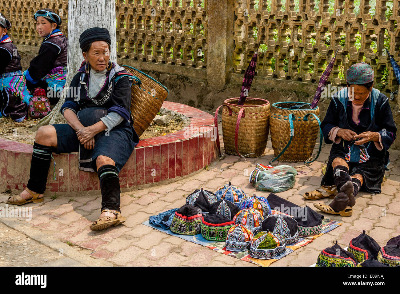 La gente de las tribus hmong negros en el mercado de Sa Pa, provincia de Lao Cai, Vietnam Imagen De Stock