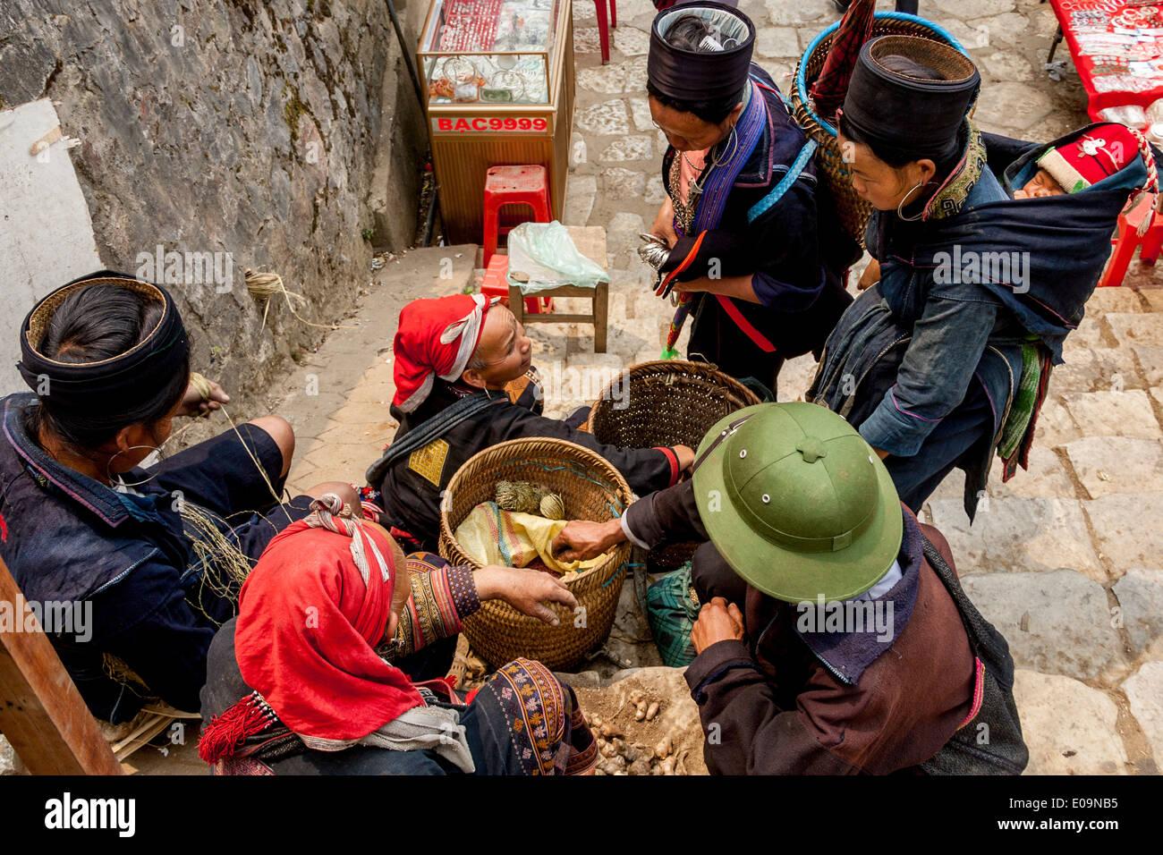 Las mujeres de los Hmong negro y rojo de las tribus montañesas de Dao en el mercado de Sa Pa, provincia de Lao Cai, Vietnam Imagen De Stock