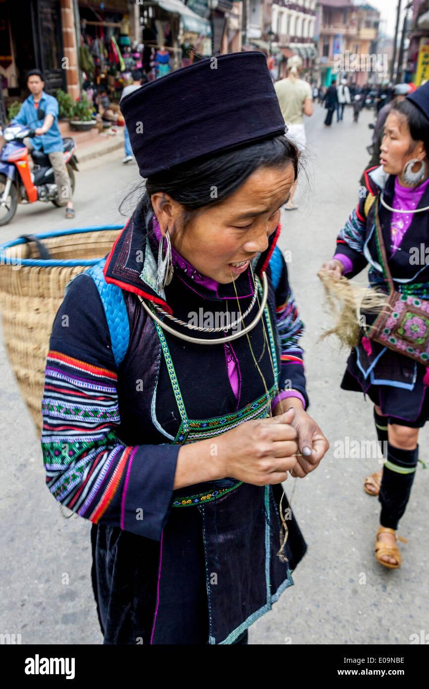Mujer de la tribu Hmong Negro Hill en el mercado de Sa Pa, provincia de Lao Cai, Vietnam Imagen De Stock