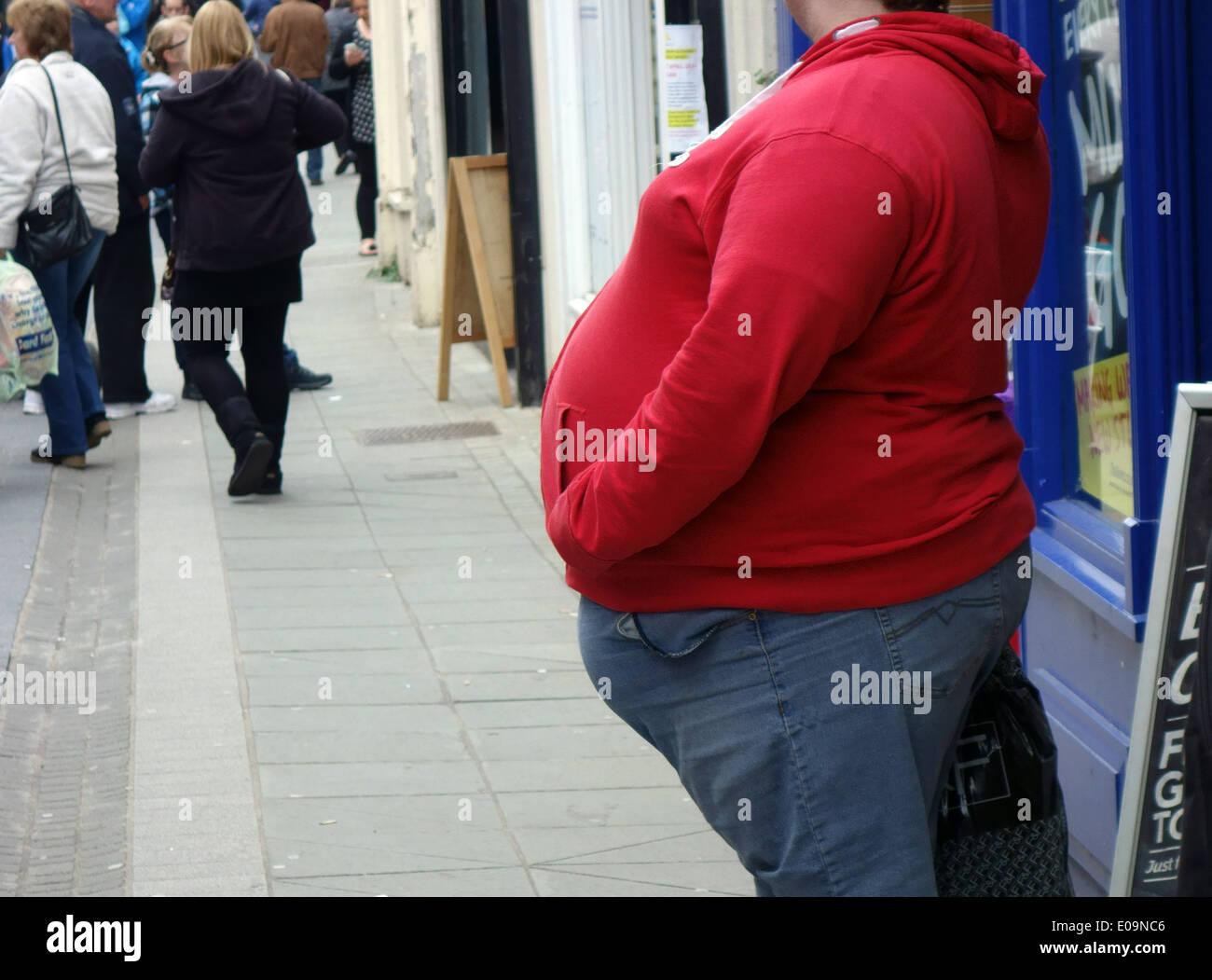 El hombre obeso en la calle en la ciudad en Pembroke, Gales Imagen De Stock