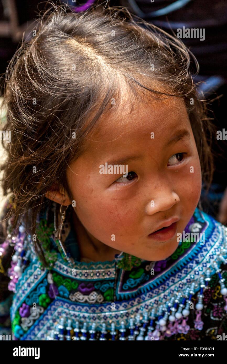 Los niños de la minoría Hmong Negro cerca de Sa Pa, provincia de Lao Cai, Vietnam Imagen De Stock
