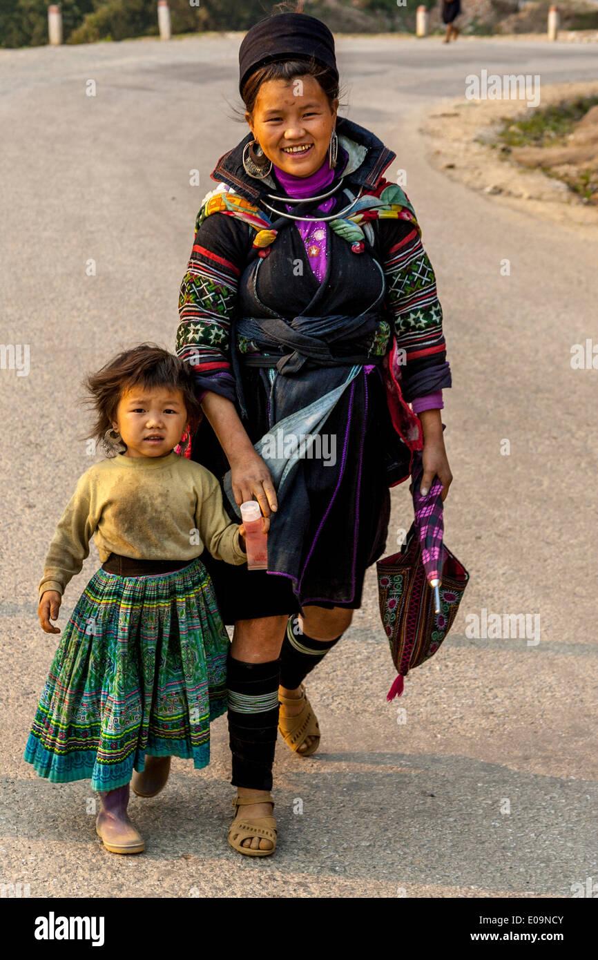 Una madre y un niño negro de la minoría Hmong de personas en su camino hacia el mercado en Sa Pa, provincia de Lao Cai, Vietnam Imagen De Stock
