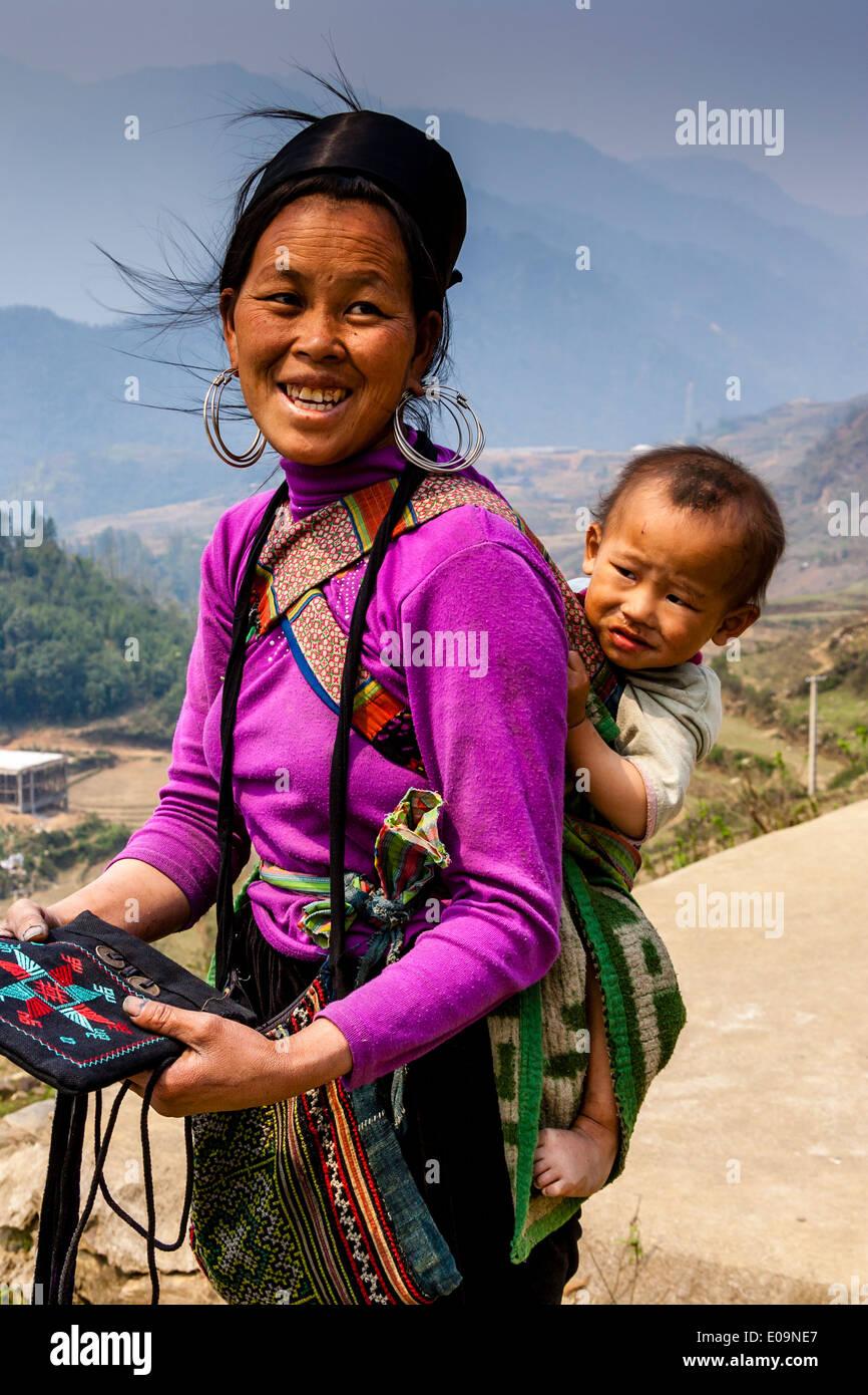 Una madre y un niño negro de la minoría Hmong de personas en los alrededores de Sa Pa, provincia de Lao Cai, Vietnam Imagen De Stock