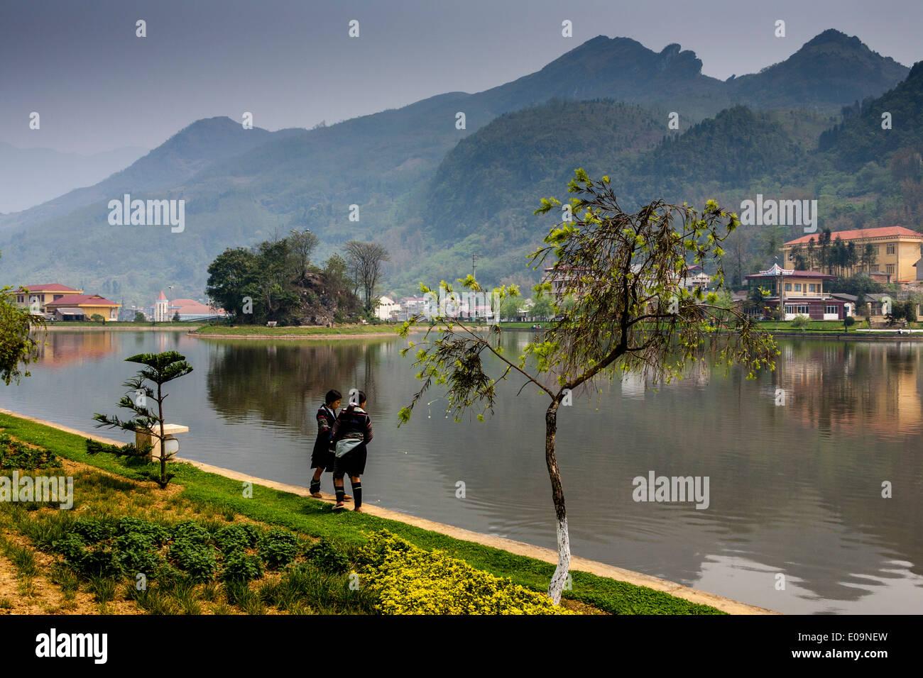 Los niños de la minoría Hmong negro en el lago en Sa Pa, provincia de Lao Cai, Vietnam Imagen De Stock