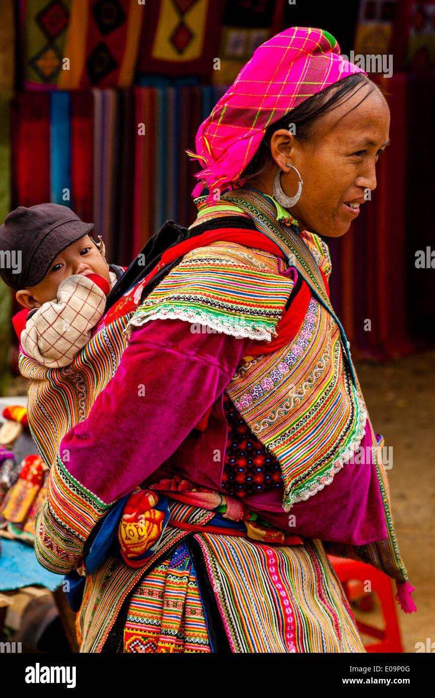 Flor Mujer Hmong y el bebé en el mercado dominical de Bac Ha, provincia de Lao Cai, Vietnam Imagen De Stock