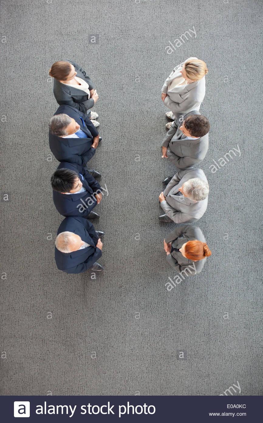 Un alto ángulo de vista de gente de negocios en una fila Imagen De Stock